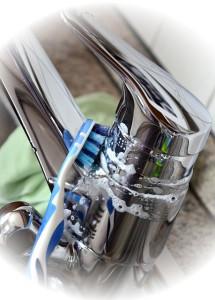 Wasserhahn reinigen mit einer Zahnbürste